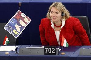 """L'ungherese Kristina Morvai al Parlamento europeo: accanto a lei, un manifestino che invita a dire """"no"""" all'Europa (Reuters)."""
