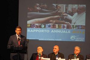 Un momento della presentazione del Rapporto del Centro Astalli, durante l'intervento del sindaco di Roma Ignazio Marino.