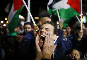 Una manifestazione di palestinesi a Ramallah (Reuters).