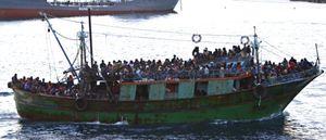 Un barcone di migranti in arrivo sulle nostre coste (Reuters).
