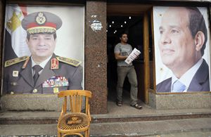 Manifesti elettorali del generale Al Sisi, con e senza uniforme (Reuters).