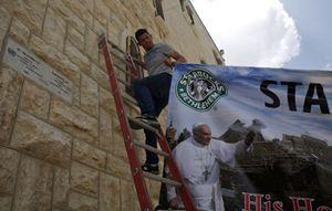 Betlemme in attesa del Papa (Reuters).