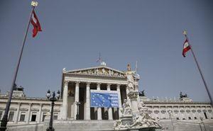 Un manifesto delle elezioni europee sul Parlamento austriaco a Vienna (Reuters).