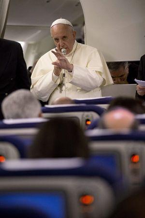 Il Papa parla con i giornalisti durante il volo di ritorno a Roma, al termine del suo pellegrinaggio di tre giorni in Terra Santa. Foto Reuters.