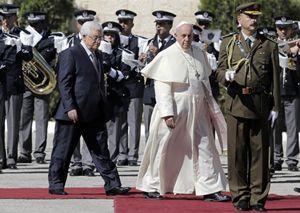 Il Papa accolto a Betlemme da Abu Mazen (Reuters).