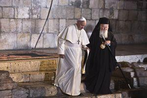Papa Francesco con il patriarca ecumenico Bartolomeo nel Santo Sepolcro (Reuters).
