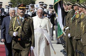Il Papa con Abu Mazen (Reuters).