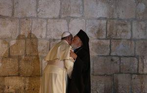 L'abbraccio tra papa Francesco e il patriarca ecumenico Bartolomeo (Reuters).