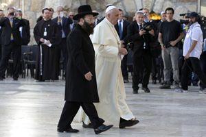 Papa Francesco con il Gran Rabbino Shmuel Rabinovich (foto Reuters).
