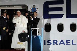 iPapa Francesco saluta quanti hanno assistito alla sua partenza dall'aeroporto di Tel Aviv prima di entrrare nell'aereo che l'avrebbe riportato in Italia, al termine del suo pellegrinaggio di tre giorni in Terra Santa. Foto Reuters.
