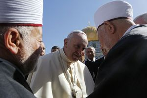 Papa Francesco con il Gran Muftì di Gerusalemme, sheikh Muhammad Ahmad Hussein (primo a sinistra). Foto Reuters.