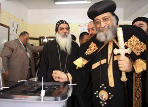 Il papa copto Tawadros II al voto (Reuters).