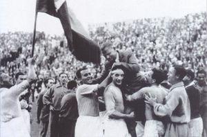 10 giugno 1934: Monzeglio e Bertolini sollevano il ct Pozzo mentre la riserva Caligaris alza al cielo la bandiera italiana.