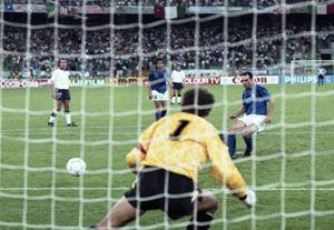 1990: Italia-Inghilterra 2-1. Shilton da una parte, pallone dall'altra. L'Italia è terza, Schillaci è capocannoniere.