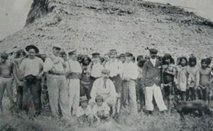 Lavoratori sfruttati e padroni delle piantagioni di caucciù nei pressi di Manaus, in una foto d'epoca.