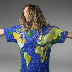La febbre Mondiale anche su una maglietta: la camicia nei colori della squadra del Brasile creata da un noto designer di Rio.