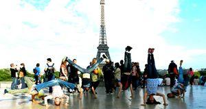 Le acrobazie di un gruppo di capoeiristi a Parigi.