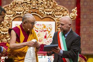 Il sindaco di Livorno Nogarin consegna l'attestato di cittadinanza al Dalai Lama