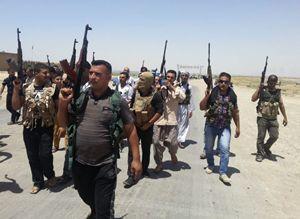 Volontari iracheni in armi per combattere contro i miliziani qaedisti (Reuters).
