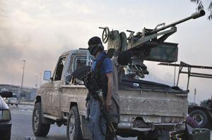 Un'unità dell'Isis, l'esercito che si batte per la nascita di uno Stato islamico a cavallo dell'Irak e della Siria (noto anche con la sigla Isil, esercito per lo Stato islamico dell'Irak e del Levante). Foto Reuters.