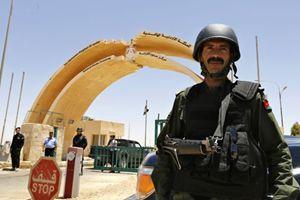 Un soldato giordano al posto di confine di Karameh (Reuters).