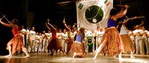Uno spettacolo di maculelé a Milano. Il maculelé è una danza guerriera che veniva praticata dagli schiavi (con i machete) ed è strettamente legata alla capoeira e alle sue manifestazioni.