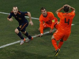 2010: Mathijsen si mette le mani nei capelli, Van Bronckhorst è a terra: è passato Iniesta, el ilusionista.