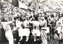 Vittorio Pozzo festeggiato dalla nazionale italiana nel 1934.