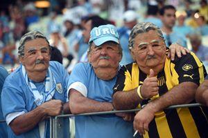 """Tifosi dell'Uruguay con le maschere del presidente José """"Pepe"""" Mujica (Ansa)."""