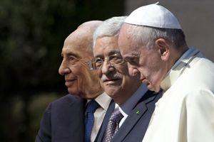 Nel fotomontaggio, da sinistra: il presidente d'Israele Shimon Peres, il presidente della palestina Abu Mazen e papa Francesco.