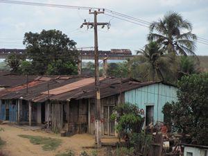 Piquia' de Baixo. Sullo sfondo, il treno della multinazionale brasiliana Vale che trasporta il ferro.