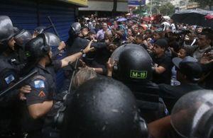 Una carica della polizia nella favela di Pavao-Pavaozinho, a Rio de Janeiro, il 24 aprile 2014,  Foto di Reuters.