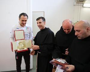 Il mister Cesare Prandelli con i frati francescani (Cova).