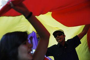 Tifosi esultanti sotto una bandiera spagnola (Reuters).