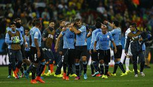 La Nazionale dell'Uruguay in festa dopo la vittoria sull'Inghilterra (Reuters).