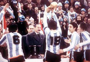 """""""El caudillo"""" Passarella, capitano argentino, alza la coppa al cielo. L'altro caudillo, Jorge Videla, se la ride sotto i baffi..."""