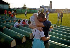 Domenica 20 luglio vengono finalmente sepolti con riti religiosi e umana pietà i resti di 284 Croati e di Bosniaci musulmani rinvenuti a Kozarac, presso Prijedor: queste persone furono uccise durante la guerra combattutasi nell'ex Jugoslavia tra il 1992 e il 1995. Foto: Dado Ruvic/Reuters.
