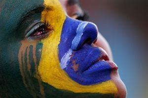 Le lacrime sul volto di una giovane tifosa brasiliana.