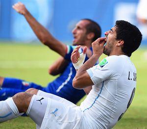 Suarez e Chiellini durante il match tra Italia e Uruguay.