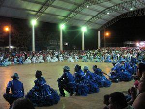 La quadrilha Matutos do Rei si esibisce nel quartiere di Piquia