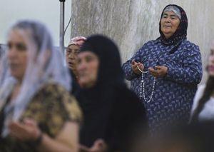 Un gruppo di donne cristiane cacciate dall'area di Mosul pregano in una chiesa nella zona di Ninive. Questa foto, dell'agenzia Reuters, è stata scattata durante le funzioni serali di sabato 19 luglio.