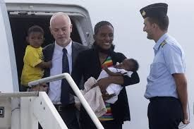 Lapo Pistelli con Meriam e i suoi bambini