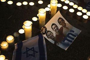 Le candele accese in piazza Rabin, a Tel Aviv, per onorare la memoria dei tre ragazzi assassinati (Reuters).