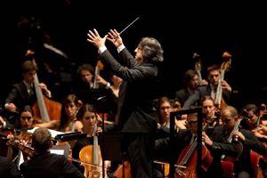 Riccardo Muti dirige l'Orchestra Cherubini. In alto: il Sacrario Redipuglia.
