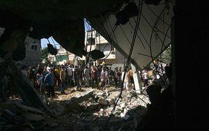 8 luglio 2014, Khan Yunis, nel sud della Striscia. In copertina: una ragazza nella sua casa distrutta in un attacco aereo nella città di Khan Yunis, nel sud della Striscia (Foto Unicef/El Baba).