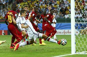 Germania-Ghana 2-2: tutti guardano il pallone, Klose lo colpisce anche. È il suo 15° gol ai mondiali.