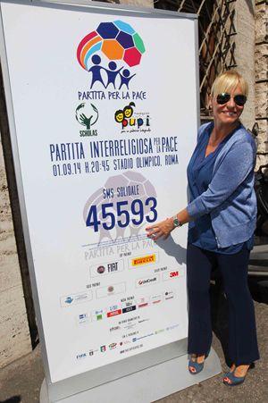 Antonella Clerici invita a inviare un sms solidale