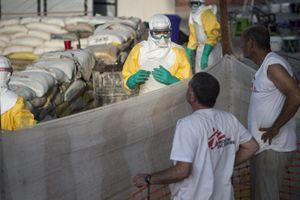 Un intervento di MsF contro ebola.
