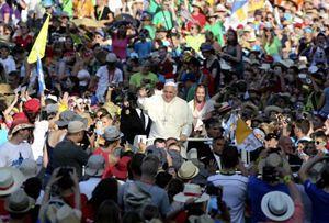 """Roma, martedì 5 agosto 2014. Papa Francesco celebra i Vespri in piazza San Pietro con 50 mila ministranti (""""chierichetti"""") tedeschi. Foto Reuters."""