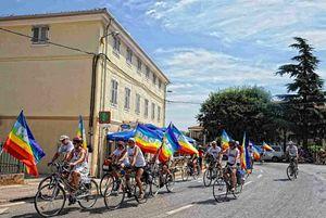 I ciclisti per la pace lungo il percorso.